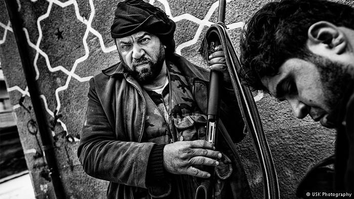 """المصور رافق مقاتلي الجيش السوري الحر إلى جبهة القتال أيضا. """" غالبا ما كنا نشرب الشاي معا، وكان الرجال يمازحون بعضهم البعض. حتى في الجبهة كانوا يحكون النكت خلال إطلاق النار"""". لكن عندما بات القصف قويا، تغيرت الأجواء."""