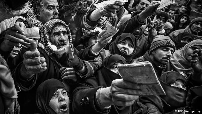 """كان الناس يصرخون عاليا أثناء توزيع الأغطية. """"لم يكن لأي أحد منهم غاز للتدفئة وبرد فصل الشتاء كان قارسا""""، يوسوكي سوزوكي سافر في شهر يناير إلى حلب."""