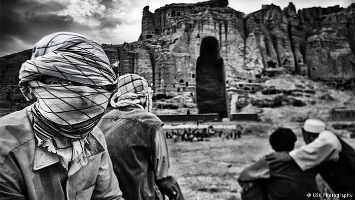 """""""كنت أريد أن أدرك ما تعنيه الحرب. كنت أود أن أرى وأسمع وأشعر بما يحس به الناس الذين يعيشون في حرب""""، هذا ما يصرح به سوزوكي في سلسلته حول أفغانستان. وبفضل صوره الواقعية أحرز الياباني على جائزة النشء لمهرجان برلين للتصوير."""