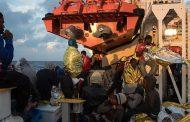 إغاثة نحو ألف مهاجر في المتوسط