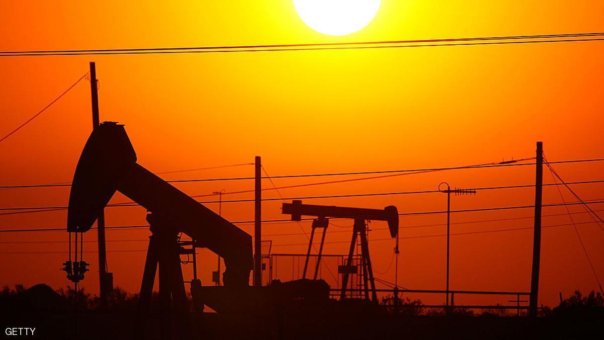 النفط يواصل مكاسبه مع تراجع الدولار والمخزونات الأميركية