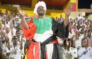 حكم يشهر مسدسا بوجه فريق في السودان