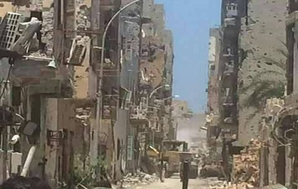 بلدية بنغازي تزيل مخلفات الحرب وتفتح بعض الطرق في شوارع وسط البلاد