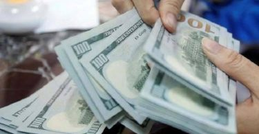 خبراء يتحدثون عن أسباب انخفاض الدولار الأمريكي أمام الدينار الليبي
